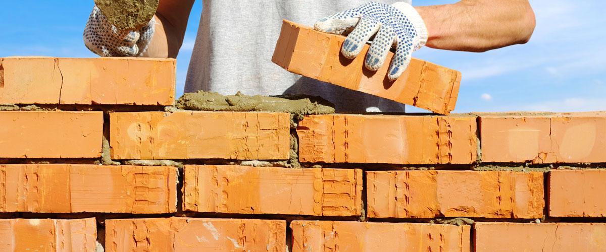Bauunternehmen Junker - die Maurer mauern eine Wand